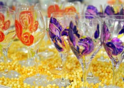 Coquelicots et iris peints sur verre par Maia